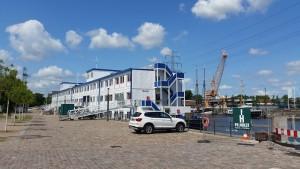 Wohnschiff Transit mit dem freifunkenden KulturKran im Hintergrund